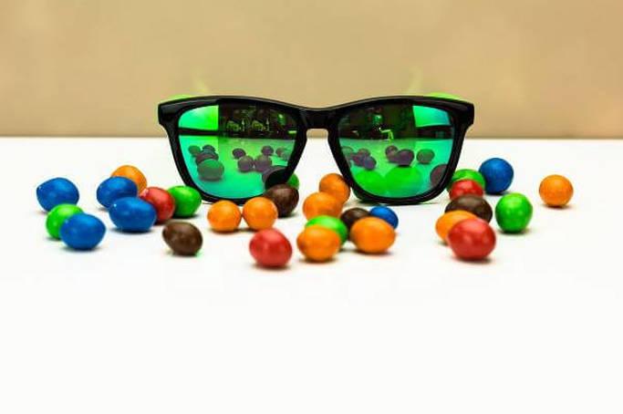 Esempio di occhiali da sole colorati personalizzabili