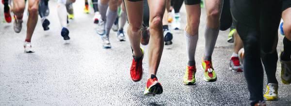 Atleti indossano scarpe da corsa disponibili presso Runnerinn