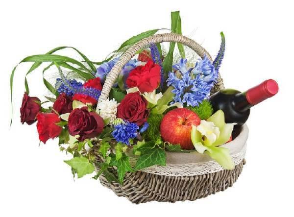 """Wineflowers.com: un connubio perfetto di prodotti  Wineflowers.com è un negozio online specializzato principalmente nella vendita e nella consegna di fiori, piante e composizioni floreali, ma anche di confezioni regalo di fiori e vino o peluche. Presso l'e-shop è possibile acquistare differenti tipologie di fiori come rose rosse, orchidee, tulipani, fresie, piante e molte altre tipologie ancora. Gli omaggi floreali proposti per qualsiasi tipo di occasione o ricorrenza, possono anche essere accompagnati da messaggi di auguri e/o dalle frasi più romantiche e belle per conquistare una ragazza o un ragazzo. L'e-commerce offre spedizioni in tutto il mondo garantendo sempre la freschezza dei prodotti venduti. Wineflowers.com e i suoi partners Lo shop, che ha la base operativa in Italia e più precisamente a Lecce, raggruppa al suo interno una fitta rete di fioristi esperti che cerca di offrire un servizio celere ed impeccabile. Proprio grazie a questo tipo di collaborazione della quale si avvale, il portale dei fiori riesce ad effettuare le consegne all'estero, coprendo tutto il territorio nazionale ed internazionale. La vasta scelta sul portale di Wineflowers.com La pagina web del negozio offre una vasta scelta di prodotti che possono essere ricercati nelle seguenti categorie: Fiori e Piante Occasioni Regali Best Sellers Nella categoria Fiori e Piante è possibile ricercare l'omaggio adatto ad ogni avvenimento importante tra mazzi di fiori, bouquet, gigli, piante fiorite e composizioni floreali. La sezione """"Occasioni"""" viene ripartita a seconda degli avvenimenti importanti. Infatti, chi non vuole fare passare in secondo piano un anniversario, una nascita, una ricorrenza speciale o un'importante festività, qui può trovare l'ispirazione adatta. Inoltre, l'azienda crea anche decorazioni floreali più sofisticate per celebrazioni e ricevimenti di matrimoni. Nella sezione """"Regali"""" si possono, invece, trovare una serie di articoli diversi dai fiori, ma che possono essere accostati"""