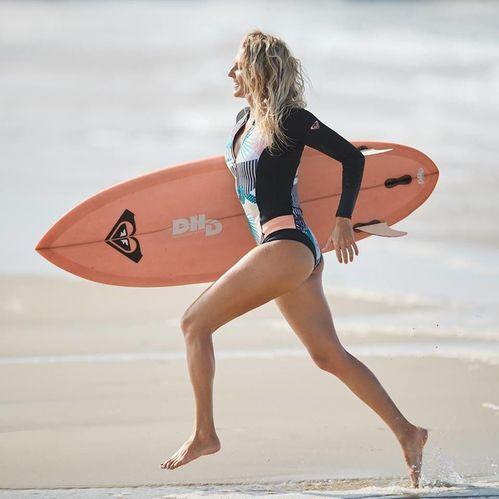 Abbigliamneto femminile per praticare surf, snowboard e altro ancora.