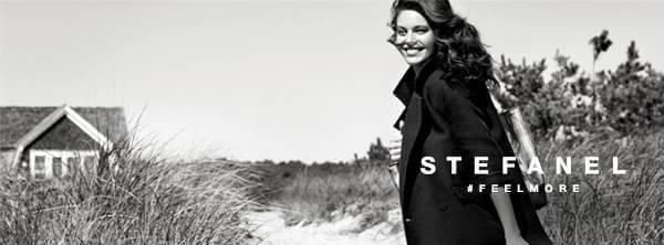 Modella posa con i capi di abbigliamento firmati Stefanel